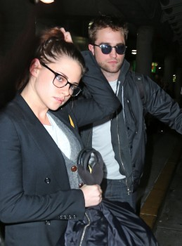Robsten - Imagenes/Videos de Paparazzi / Estudio/ Eventos etc. - Página 10 19f958222010921