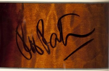 Guitarra-autografiada-Robert-Pattinson-beneficio-Dio-Cancer-Fund