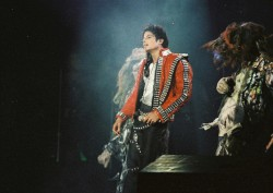 BAD WORLD TOUR  980cef232525020