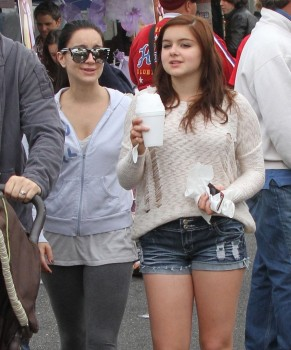 40cefb248933996 Ariel Winter   out and about candids at Farmer's Market in Studio City, April 14, 2013 candids