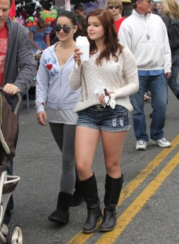 e4fd39248934023 Ariel Winter   out and about candids at Farmer's Market in Studio City, April 14, 2013 candids