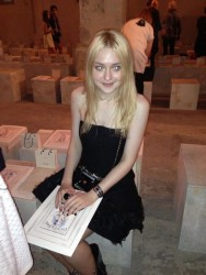 Dakota Fanning / Michael Sheen - Imagenes/Videos de Paparazzi / Estudio/ Eventos etc. - Página 6 365e32253983724