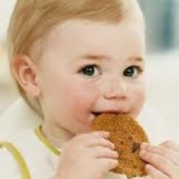 Memberikan anak biskuit - Ist