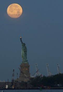 Supermoon di atas patung Liberty
