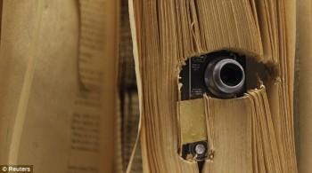 Kamera diselipkan dalam buku