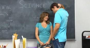 Трахнули студентку с натуральными сиськами.