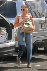 Margot Robbie - Grocery Shopping in Hawaii 5/11/17